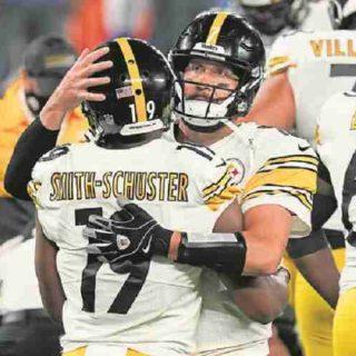 Ben Roethlisberger hugging another Steelers player