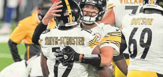 Ben Roethlisberger hugging another Steelers player